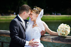 lyckliga par går bröllop Royaltyfria Foton