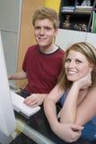 Lyckliga par genom att använda datoren Arkivbilder