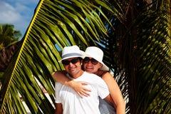 lyckliga par ha semester Arkivbilder