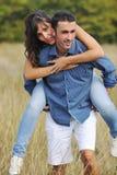 lyckliga par har utomhus- romantiskt tidbarn Arkivfoton
