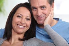 Lyckliga par hemma Fotografering för Bildbyråer