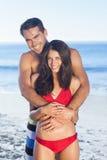 Lyckliga par, i att krama för baddräkt Royaltyfri Fotografi