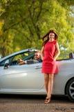 Lyckliga par i bilen Royaltyfria Bilder