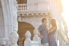 Lyckliga par i bröllopsresa, Venedig, Italien Arkivfoton