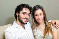 Lyckliga par i deras hus Arkivfoton