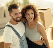 Lyckliga par i en ny lägenhet Arkivbild