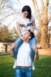 Lyckliga par i en parkera Royaltyfri Foto
