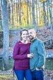 Lyckliga par i en skog i nedgången arkivfoton