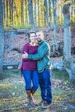 Lyckliga par i en skog i nedgången royaltyfri fotografi