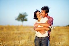 Lyckliga par i ett fält Royaltyfri Bild