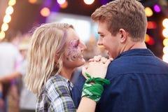 Lyckliga par i folkmassan på en musikfestival Arkivbild