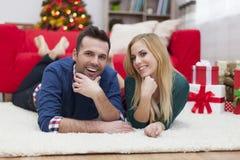 Lyckliga par i jultid Royaltyfri Fotografi