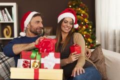 Lyckliga par i jultid Arkivbild
