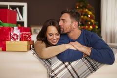 Lyckliga par i jultid Arkivbilder