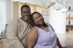 Lyckliga par i kök Royaltyfri Foto