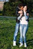 Lyckliga par i krama för parkera Arkivbilder