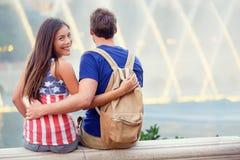 Lyckliga par i Las Vegas som tycker om springbrunnen Arkivfoton