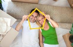 Lyckliga par i nytt hem Royaltyfri Foto