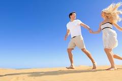 Lyckliga par i skämtsamt och romantiskt förhållande Fotografering för Bildbyråer