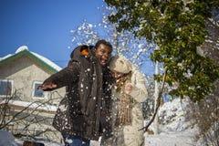 Lyckliga par i snön Royaltyfri Foto