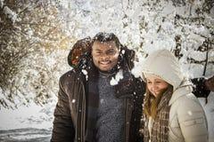 Lyckliga par i snön Royaltyfri Fotografi