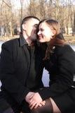 Lyckliga par i staden parkerar på valentins dag arkivbild