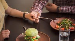 Lyckliga par i strikt vegetarianrestaurang Arkivbilder