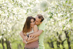 Lyckliga par i trädgård Arkivbild