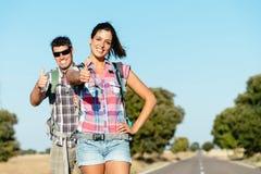Lyckliga par i vägen som fotvandrar sommarsemester Arkivfoto