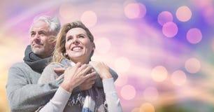 Lyckliga par i varma kläder mot bokeh Royaltyfria Foton