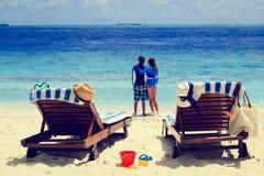 Lyckliga par kopplar av på en tropisk strand Arkivbilder