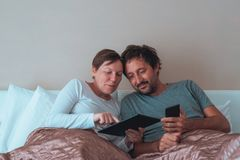 Lyckliga par, make och fru i sovrum Arkivfoton
