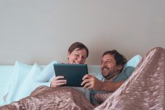 Lyckliga par, make och fru i sovrum Arkivbilder