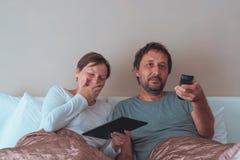 Lyckliga par, make och fru i sovrum Royaltyfri Foto