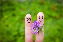 lyckliga par Mannen ger blommor till en kvinna Royaltyfria Foton