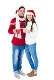 Lyckliga par med att rymma för santa hattar rånar arkivbilder