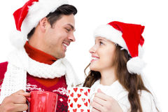 Lyckliga par med att rymma för santa hattar rånar arkivfoto