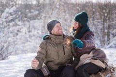 Lyckliga par med bengal ljus utomhus Arkivbilder