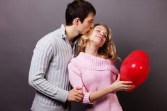 Lyckliga par med den röda ballongen. Valentindag Royaltyfri Fotografi