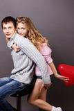 Lyckliga par med den röda ballongen. Valentindag Fotografering för Bildbyråer