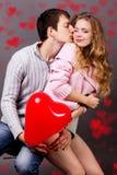Lyckliga par med den röda ballongen. Valentindag Royaltyfri Bild
