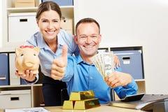 Lyckliga par med dollarpengar och guld Royaltyfria Foton