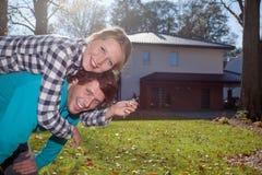 Lyckliga par med ett nytt hus arkivbild
