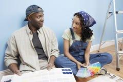 Lyckliga par med färgprövkopior Fotografering för Bildbyråer