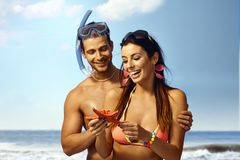 Lyckliga par med havsstjärnan Royaltyfri Foto