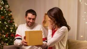 Lyckliga par med julgåvan hemma stock video