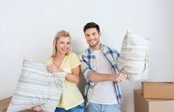 Lyckliga par med material som flyttar sig till det nya hemmet Royaltyfri Foto