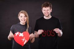 Lyckliga par med murbrukhjärta och sos-ord Fotografering för Bildbyråer