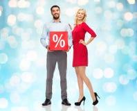 Lyckliga par med röd försäljning undertecknar tänder över Arkivbild