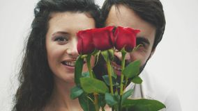 Lyckliga par med röd hjärtaorigami valentin för dag s Förälskelse Bra ferier Begreppet av beröm av förälskelse arkivfilmer